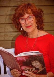 Annie Dunch, portræt med bog, rød bluse, opsat hår